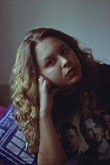 Supernatural (TheJennire) Tags: photography fotografia foto photo canon camera camara colours colores cores light luz young tumblr indie teen people portrait eyes spn supernatural fandm fangirl 50mm self curlyhair dw doctorwho pillow room calm mirror look