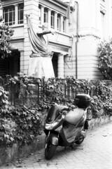 In divieto di sosta... (sirio174 (anche su Lomography)) Tags: moto divieto divietodisosta parcheggiata motocicletta cavallotti felicecavallotti como additare dito finger