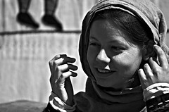 """I've got nothing to do today but smile."" (Gilles,Gilles,Lemonpeel) Tags: lesmédiévalesdecaudebec caudebecleselbeuf animations outdoor portrait rawtherapee gimp nikon blackwhite bw noirblanc monochrome"