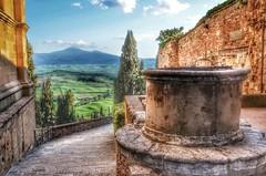 Pienza (Toscana) (Aránzazu Vel) Tags: pienza toscana tuscany view panorama pozzo pozo countryside medievalcities medieval town strada cammino campagna campo path landscape paisaje paesaggio