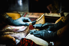 Start inking (quentin.spitaels) Tags: tatouage traditionnal traditionnel wood bois aiguilles needles indonesian indonésien convention tattoo artist tatoueur fuji fujixt1 fujifilm 1855mm leg jambe belgium belgique hasselt qsphotography