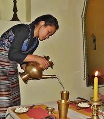 NEPAL, Bodnath, Nepalesin beim Tee einschenken, 16291/8602 (roba66) Tags: reisen travel explore voyages roba66 visit urlaub nepal asien asia südasien kathmandu bodnath boudha boudnath bauddhanāth mädchen girl frau woman nepalesin teezeremonie