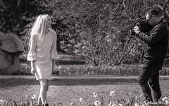 Filmmaker and his model (Werner Thorenz) Tags: model photographer fotograf filmemacher park lächeln smile düsseldorf bw schwarzweiss blackandwhite monochrome lantzscherpark thorenz