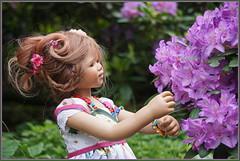 Anne-Moni ... die schönste Blume ... (Kindergartenkinder) Tags: dolls himstedt annette frühling park blume garten kindergartenkinder essen grugapark personen blumen annemoni rhododendron rhododendrontal