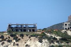 ILLEGALE BEBOUWING GESTOPT || ILLEGAL BUILDINGS STOPPED || EDIFICI DI ILLEGALE FERMATO (Anne-Miek Bibbe) Tags: sicilië sicilia sicily oostsicilië italia italië italy zee sea turksetrappen canonpowershotsx280hs annemiekbibbe bibbe 2017 scaladeiturchi turkishsteps mare