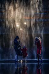 Duschen macht Spaß (ellen-ow) Tags: towerinstallation regen wasser nass licht spiegelung reflexion light kunst rain personen menschen people frauen porträt kinder child women street zechen zechezollverein nacht night shower duschen baden