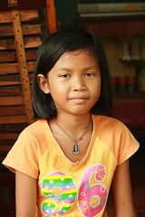 96 (the foreign photographer - ฝรั่งถ่) Tags: young girl child amulet 96 shirt khlong thanon portraits bangkhen bangkok thailand canon kiss