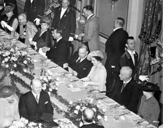King George VI and Queen Elizabeth at a formal dinner, Château Frontenac, Québec, Quebec / Le roi George VI et la reine Élisabeth lors d'un dîner officiel au Château Frontenac, Québec (Québec)