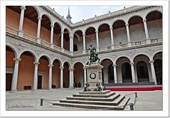 Patio del Alcázar de Toledo y Escultura de Carlos V (Lourdes S.C.) Tags: monumentos patios arcos columnas esculturas alcázardetoledo toledo