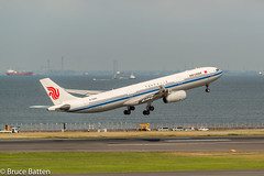 160531 Haneda Airport Terminal 2-05.jpg (Bruce Batten) Tags: vehicles aircraft northpacificocean plants people transportationinfrastructure boats shadows locations tokyobay oceansbeaches airports honshu automobiles tokyo subjects japan airplanes ota jp
