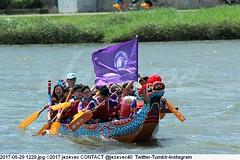 2017-05-29 1229 (Badger 23 / jezevec) Tags: 2017 20170529 dajia dragon dragonboat festival taiwan history culture travel tourism duanwufestival zhongxiaofestival 忠孝節 龍船節 龍舟節 端午节 端午節 龍舟 龙舟 龍船 龙船 taipei ֵ台北 臺北市 taipeh taןpeh ταϊπέι 타이페이 тайбэй 台北市 ტაიბეი تايبيه taibei đàibắc taipé tchajpej rowing sports boat barco шлюпка 배 ボート barca βάρκα bateau 小船 člun veneillä csónak łódź boating vessel photo picture image watersports watercraft asia tradition