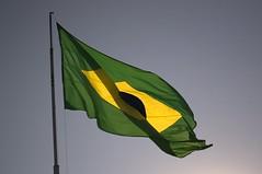 Jataí, Goiás, Brasil (Proflázaro) Tags: brasil goiás jataí bandeira bandeiradobrasil céu