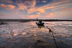 Lonely raft ,彰濱海域 (Vincent_Ting) Tags: 彰濱 小漁港 sunset 夕陽 夕色 beach 雲彩 clouds sea 海岸 風車 windturbine 倒影 reflection sandtrace 沙紋 nikon 蚵田 蚵架 oysterfield 海上屋 sky water 線西鄉 伸港鄉 taiwan 台灣 traceofsands 火燒雲 crepuscularrays vincentting