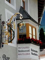 Glorenza (Ellipa) Tags: glorenza insegne finestre altoadige windows