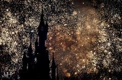 DLP celebrating the French! (Jojo_VH) Tags: 2017 25thanniversary bastilleday centralplaza chateaudelabelleauboisdormant dlp dlp25 disneylandparis disneylandparis25 jourdebastille juli lightroom nationalholiday sleepingbeautycastle castle disney fireworks french summer