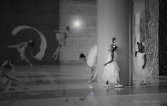 Rêve de gamines ... ( P-A) Tags: gamines enfants petitesfilles rêveuses robesblanches lulus mariage parents nb imagination fertile reflets transparences photos simpa©