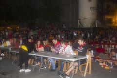 En la imagen se puede ver a una persona de la organización dando algunas indicaciones a los miembros del jurado del Playback