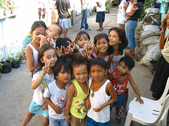 Pinoy Kids - Manila (Philippines) (ID Hearn Mackinnon) Tags: philippines pinoy filipino filipina 2006 australian photographer asia asian south east manila kids children street slum smiling laughing