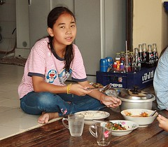 pretty girl at lunch (the foreign photographer - ฝรั่งถ่) Tags: pretty girl child cross legged eating lunch dishes soft drink bottles bangkhen bangkok thailand canon