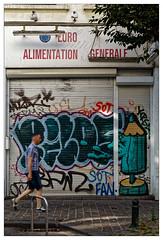 À peine un regard (Jean-Marie Lison) Tags: eos80d bruxelles ixelles vitrine porte volet graffe tag
