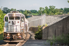 Arriving in Lindenwold (Nick Gagliardi) Tags: train trains railroad new jersey transit njt njtr diesel gp40ph2b emd electromotive divison atlantic city line acl lindenwold patco high speed