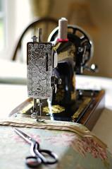 Sew enjoyable... (Blue sky and countryside) Tags: singer sewing machine vintage 1940 28k kilbowie scottish factory british trustworthy skill hobby fabric handmade england pentax depthoffield prime lens 50mm blackgolddecals handcranked nostalgia bokeh vibratingshuttle