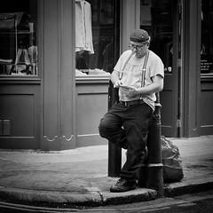 pause (Erwin Vindl) Tags: streetphotography streettogs candid blackandwhite monochrome soho london erwinvindl olympuomd em10markii