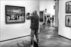 Le photographe et ses fantômes.../ The photographer and his ghosts... (vedebe) Tags: noiretblanc netb nb bw monochrome humain people photo photographe ombres exposition exhibition reflets ville street art arles rue urbain city