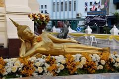 Recling Buddha, Wat Traimit, Bangkok. (Manoo Mistry) Tags: nikon nikond5500 tamron18270mmzoomlens tamron buddha buddhist buddhism wat wattraimit thailand bangkok temple recliningbuddha gold goldstatue statue
