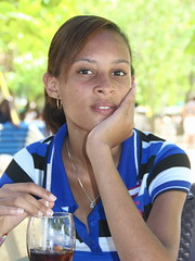 Coca, avec une paille. (Michel PRESENT) Tags: fille chica girl dominican dominicaine dominicana puertoplata republicadominicana républiquedominicaine yeux ojos eyes boisson drink bebida coca portrait retrato sourire sonrisa smile paille sorbete straw ebonyteen teenager cute pretty lovely posing beauty