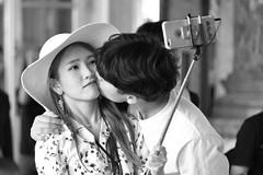 Mobile Kiss (dj@c) Tags: amoureux love kiss mobile phone baisers romantique streetscene iphone romantic asian selfie people