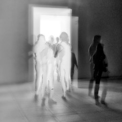 Nel museo - In the museum - En el museo (COLINA PACO) Tags: museos museum blancoynegro blackandwhite bw ghost fantasma franciscocolina