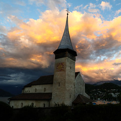 Vers le ciel (fafisavoie) Tags: spiez suisse sunset couchédesoleil switzerland church nuages clouds sun lac thoune lake carré square paysage landscape