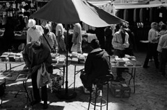 * (doistrakh) Tags: slr olympus om4ti zuikoautos40mmf2 filmcamera vintagecamera 135 film monochrome bw blackandwhite travel europe spain espana streetphotography madrid elrastromarket fleamarket