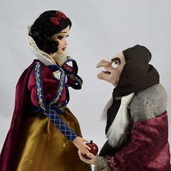 2017 D23 Snow White and the Hag Limited Edition Dolls - Facing Each Other - Snow White Takes the Apple - Midrange Front View (drj1828) Tags: d23 2017 expo purchases merchandise limitededition artofsnowwhite snowwhiteandthesevendwarfs queenashag witch hag disneystore 17inch doll snowwhite