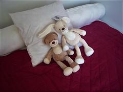 Friends... (Gérard Farenc (slowly back) !) Tags: peluches jouets toys doudou coussin oreiller lit bed chambre couverture purple mauve intérieur