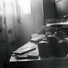 Braketing on my desk (3) (AimForThePhoto!) Tags: fujifilm neopan 400 blackwhite blancoynegro bw bn film película tlr prinzflex lavieja 75mm mediumformat formatomedio 6x6 120 manucrespo