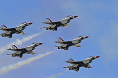 2017.07.14.014 PARIS - Thunderbirds (alainmichot93 (Bonjour à tous - Hello everyone)) Tags: 2017 france îledefrance paris 14juillet défiléaérien avion airplane jet patrouille lockheedmartinf16cmfightingfalcon patrouilledesthunderbirds thunderbirds usa