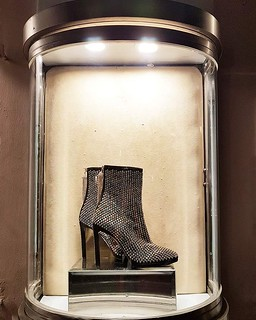 Dicas de estilo e viagem. Essa vitrine da Roberto Cavalli em Capri simboliza perfeitamente o significado de um belo par de sapatos para uma mulher!  www.personalstylistbh.com.br  www.carolinedemolin.com.br    #moda #trend #fashion #tendencias #estilo #sty