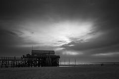 beach house (Petra Runge) Tags: himmel einfarbig schwarzweis bw monochrome sonnenuntergang beach strand nordsee sanktpeterording licht light küste coast meer sea sky sunset