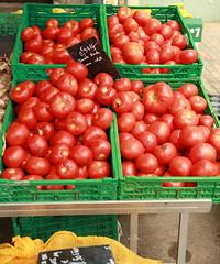Elles ne sont pas bien belles, mais elles ne sont pas chères. (Isaszas) Tags: europe southfrance südfrankreich zuidfrankrijk midi méditerranée languedocroussillon occitanie gard sommières fruitsetlégumes vegetables fruits obste gemüses cheapselling goedkoop niedrigenpreise outdoor extérieur tomates tomaten canon eos5d isasza