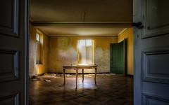 dining room (Der Hamlet) Tags: villas esszimmer diningroom abandon decay lostplace table tisch