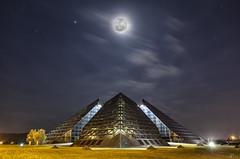 Luna sobre la ciudad de oro (Mr. CHILI) Tags: second outdoor cityscape city night panorama saintamondmontrond cityofgold pyramid piramide france francia