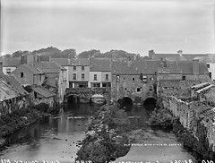 The Ponte Vecchio, Birr, Co. Offaly (National Library of Ireland on The Commons) Tags: robertfrench williamlawrence lawrencecollection lawrencephotographicstudio thelawrencephotographcollection glassnegative nationallibraryofireland birr offaly oldbridge river ireland countyoffaly kingscounty bridge bridgestreet rivercamcor parsonstown manorsawmill builtonbridges