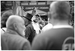 Currywurst | Pommes (Christoph Schrief) Tags: frankfurtammain csd innenstadt menschen streetphotography zeissikonzm leicasummicronm250 agfaapx100newneu rodinal 20° 150 10min plustekopticfilm7600 vuescan selfdeveloped film analog sw bw