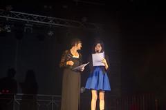 En la imagen se puede ver a dos de las personas que presentaban a la txarangas antes de su actuación