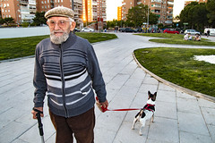 Paisanos (elmagodelabahia) Tags: amigos friends paseo walk haveawalk mascota pet anciano elderly mayor abuelo grandpa coslada madrid españa spain atardecer sunset retrato portrait parque park