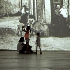 Image, images (_ Adèle _) Tags: paris exposition imaginevangogh projection photos images mère fille enfants jeux lumière transparence contrejour