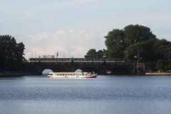 Museumszug 470 128 auf der Lombardsbrücke (Lilongwe2007) Tags: hamburg deutschland museumszug eisenbahn sbahn geschichte 470 128 alsterdampfer schiffe lombardsbrücke
