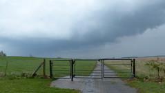 der echte Norden- the real North (Anke knipst) Tags: hetlingen schleswigholstein germany zaun fence deich wolken regen rain clouds dike werbeslogan slogan norden
